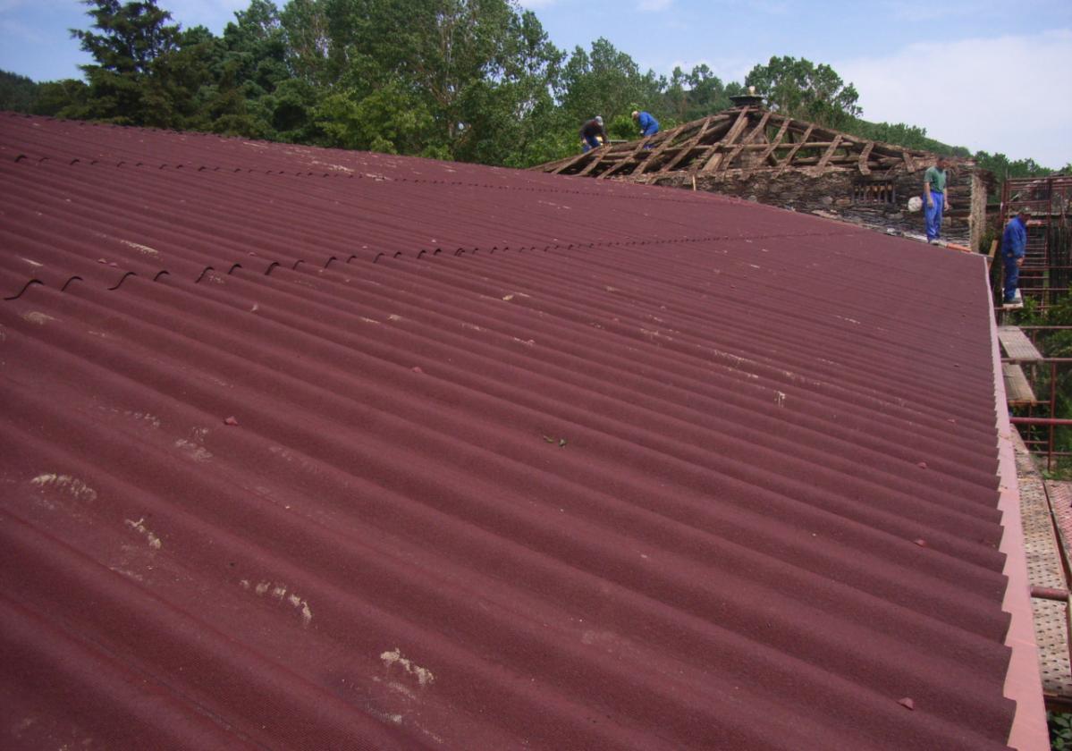 Rehabilitación e impermeabilización de tejado con placa asfáltica Onduline Bajo Teja DRS BT235