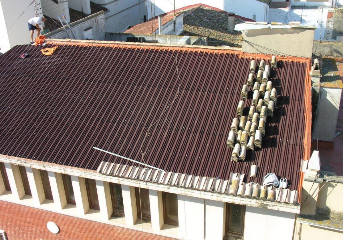 Rehabilitación e impermeabilización de tejado con placa asfáltica Onduline Bajo Teja DRS BT200 y teja curva