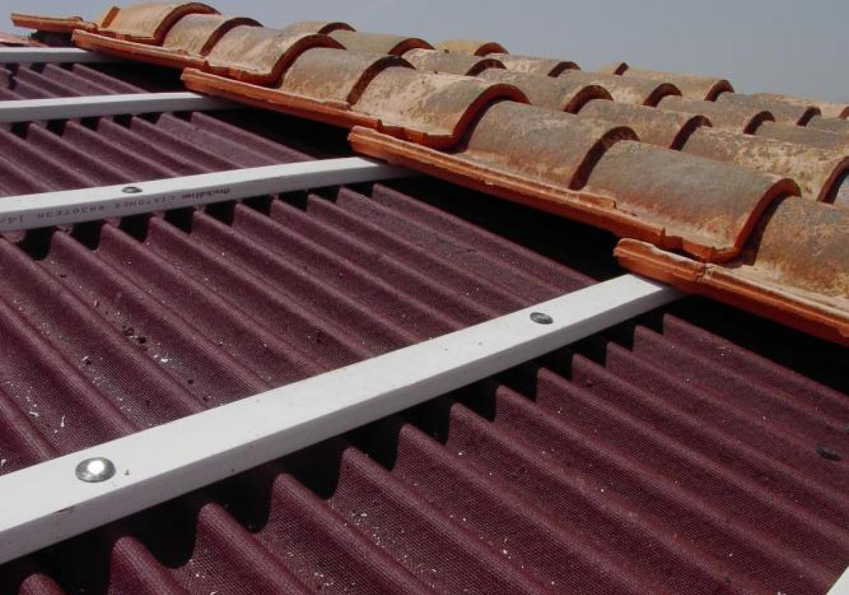 Reparación de tejado de teja mixta con placa asfáltica Onduline Bajo Teja DRS BT50