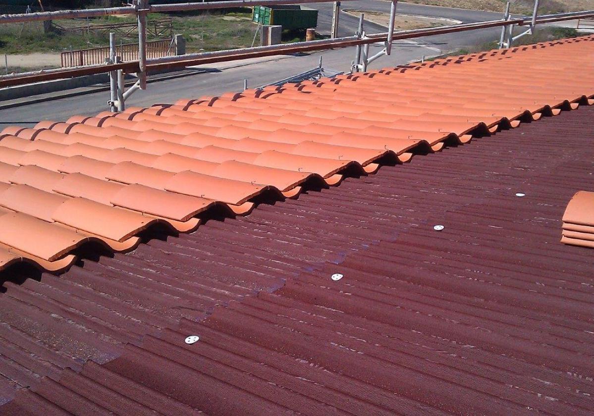 Obra nueva: impermeabilización tejado con placa asfáltica Onduline Bajo Teja DRS BT150 y teja verea s