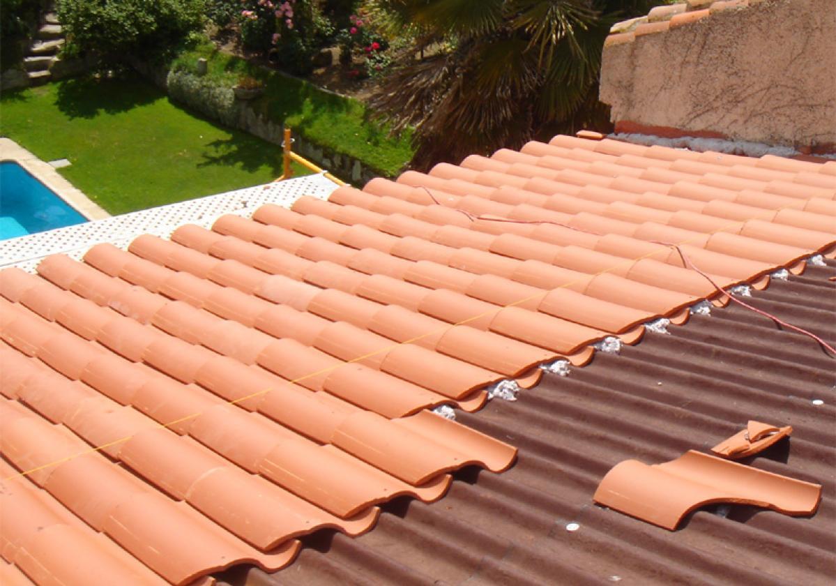 Obra nueva: Impermeabilización de tejado con placa asfáltica Onduline Bajo Teja DRS BT235 y teja verea s