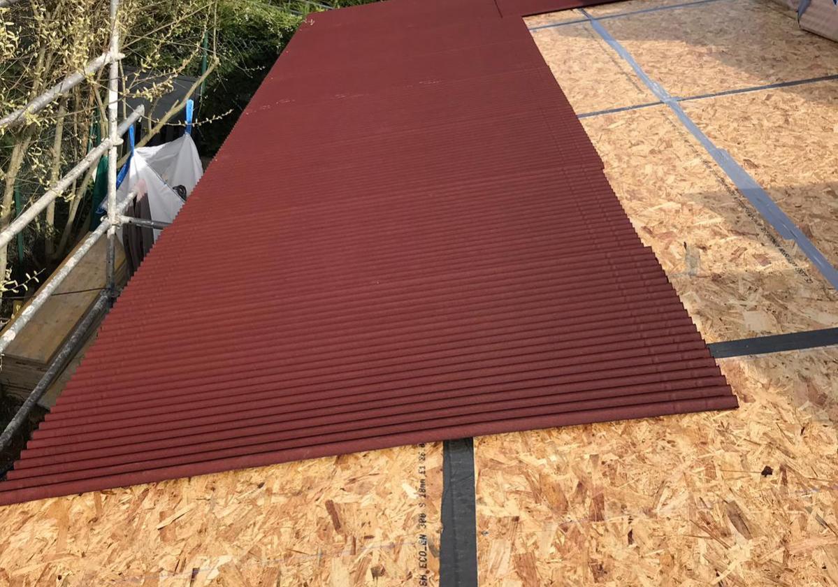 Colocación placa asfáltica Onduline Bajo Teja DRS BT50 en obra nueva; tejado de madera