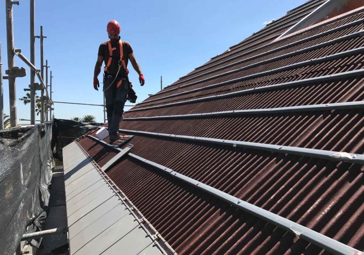 Obra nueva: impermeabilización de tejado con placa asfáltica Onduline Bajo Teja DRS BT50 y teja Planum La Escandella