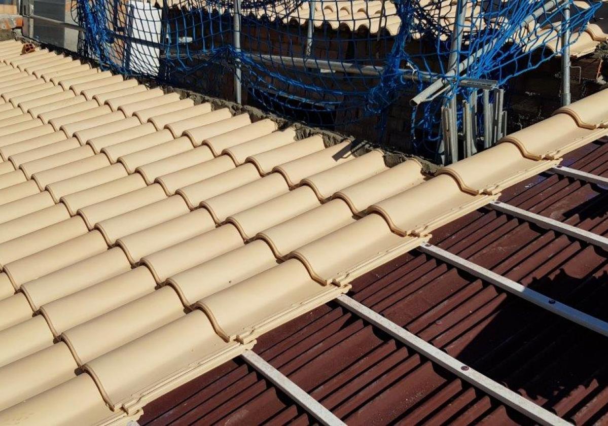 Obra nueva de tejado de teja mixta con placa asfáltica Onduline Bajo Teja DRS BT50