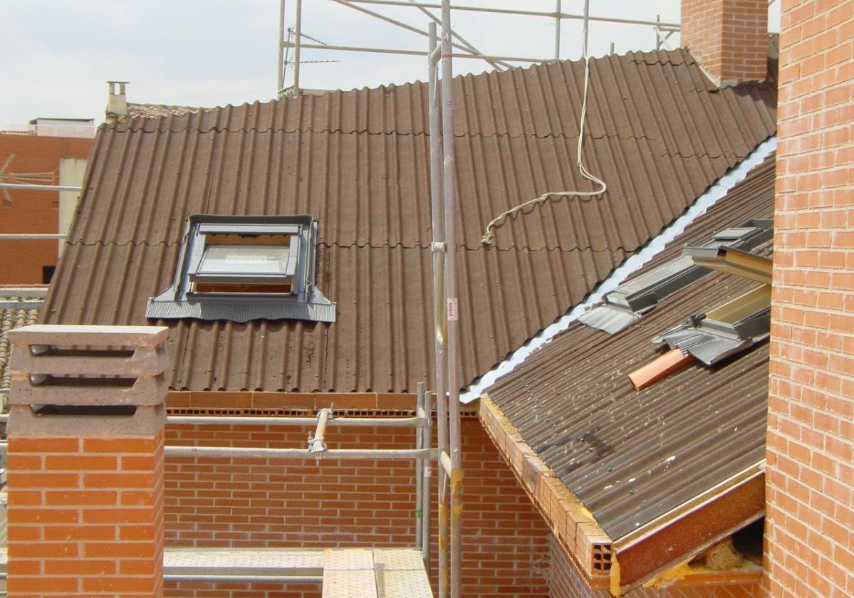 Obra nueva: Impermeabilización de tejado con placa asfáltica Onduline Bajo Teja DRS BT235 y teja curva