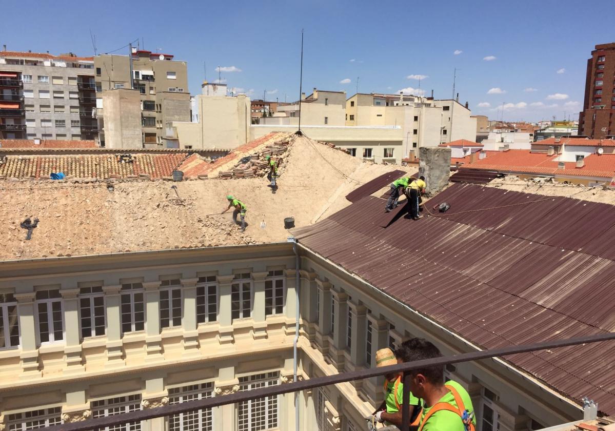 Rehabilitación e impermeabilización tejado Escuelas Pías con placa asfáltica Onduline Bajo Teja DRS BT150