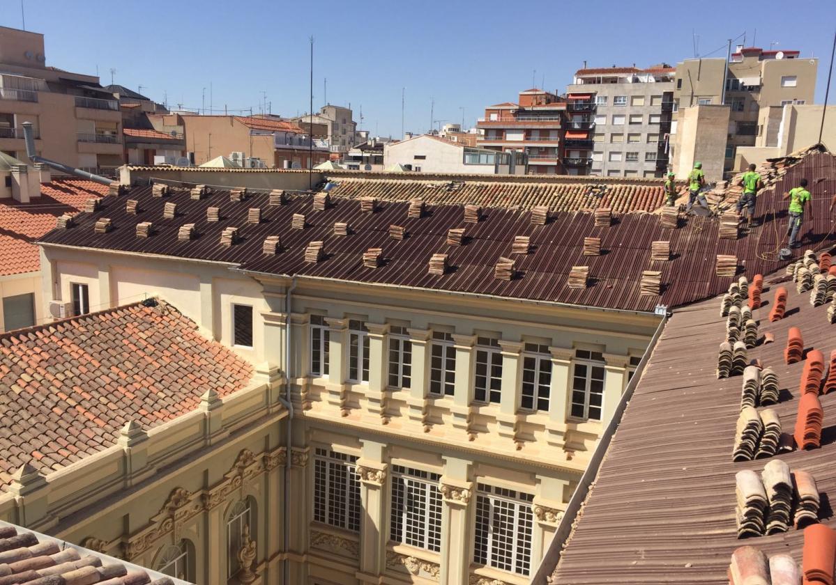 Reparación de tejado Escuelas Pías con placa asfáltica Onduline Bajo Teja DRS BT150