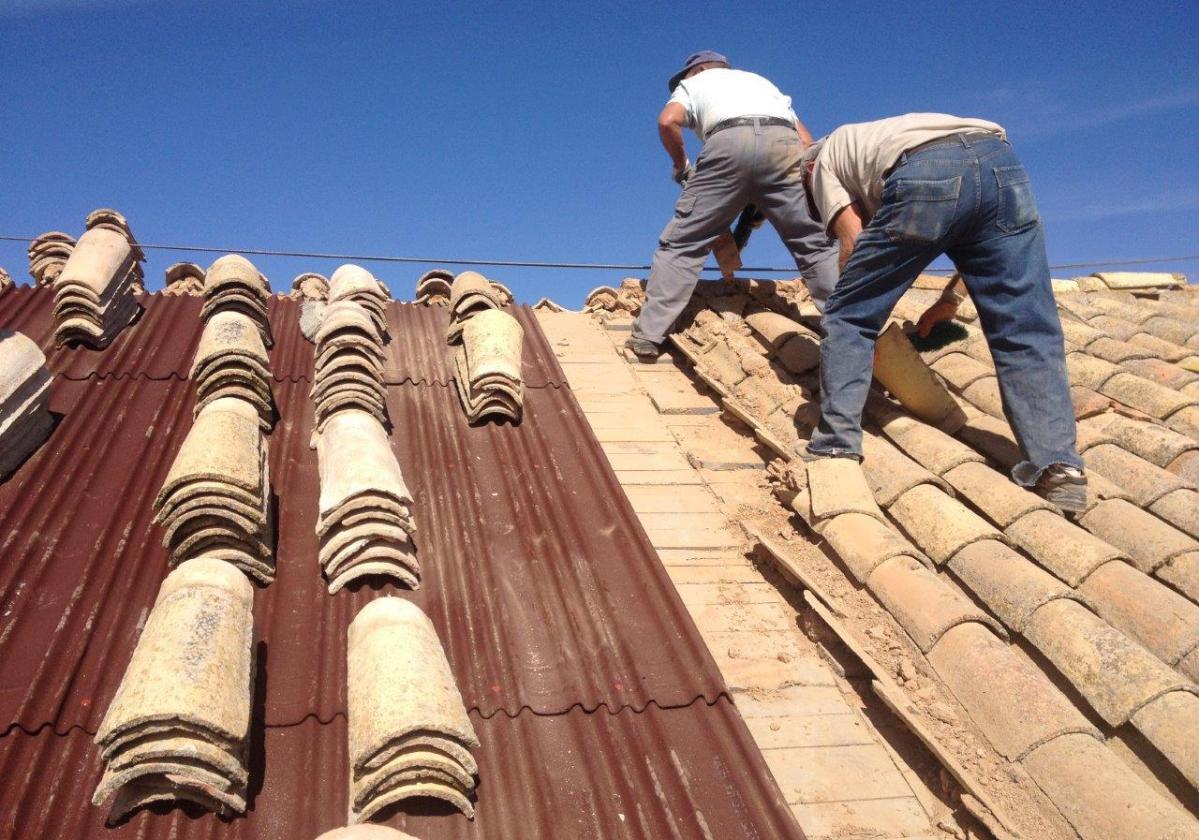Rehabilitación e impermeabilización tejado Iglesia de Horcajo con placa asfáltica Onduline Bajo Teja DRS BT150 y teja curva 2