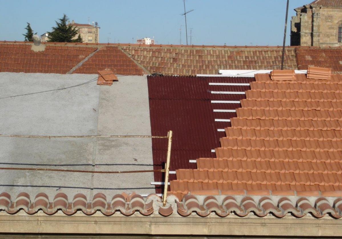 Rehabilitación e impermeabilización tejado Hospital Salamanca con placa asfáltica Onduline Bajo Teja BT50 y teja La Escandella
