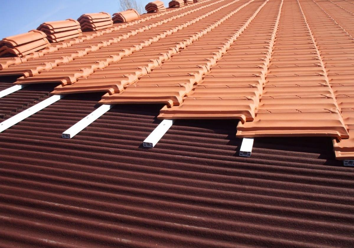 Reparación de tejado de teja plana con placa asfáltica Onduline Bajo Teja DRS BT50
