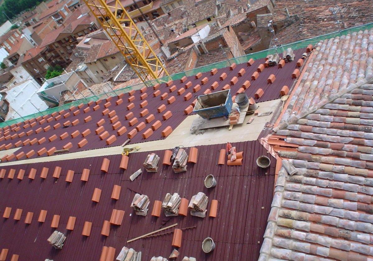 Rehabilitación e impermeabilización tejado Iglesia Quel con placa asfáltica Onduline Bajo Teja DRS BT235 y teja curva