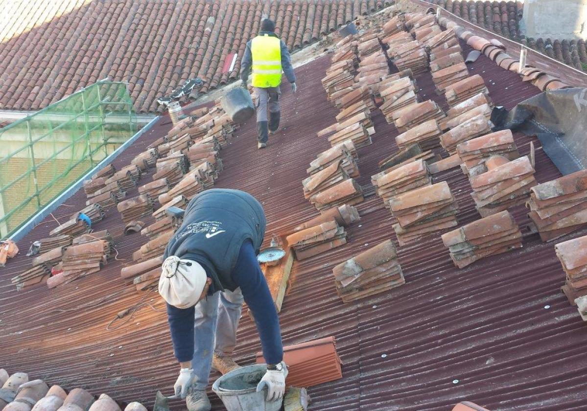 Rehabilitación e impermeabilización de tejado Palacio Justicia Vallladolid con placa asfáltica Onduline Bajo Teja DRS BT200