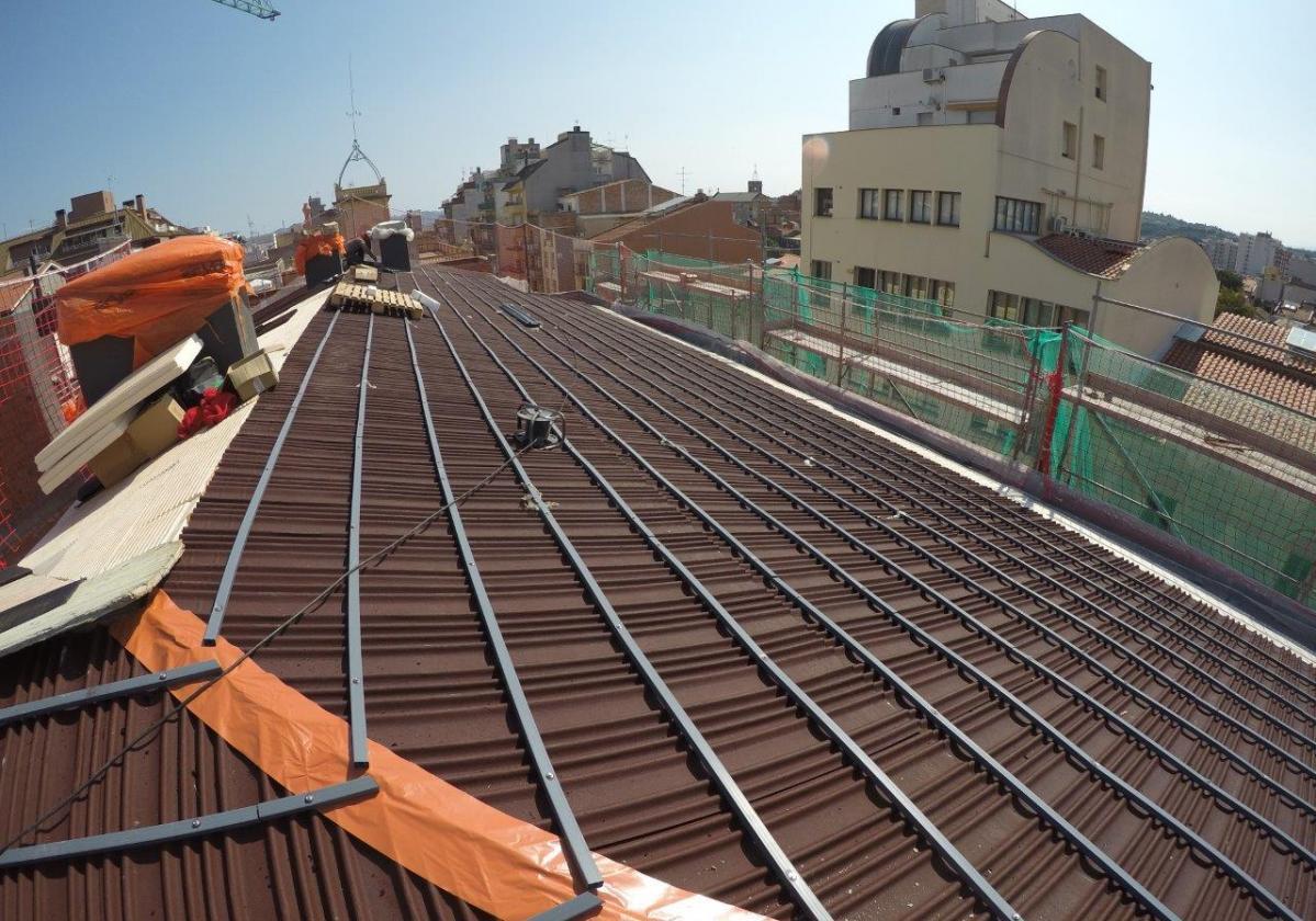 Obra nueva tejado en edificio de viviendas con placa asfáltica Onduline Bajo Teja DRS BT150