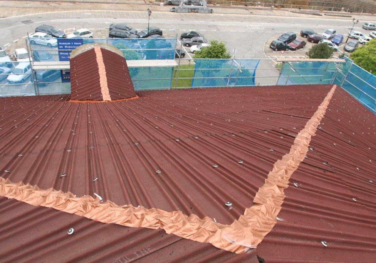Reparación de tejado edificio viviendas con placa asfáltica Onduline Bajo Teja DRS BT200