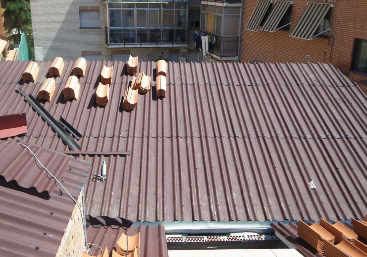 Rehabilitación e impermeabilización tejado con placa asfáltica Onduline Bajo Teja DRS BT235 y teja curva