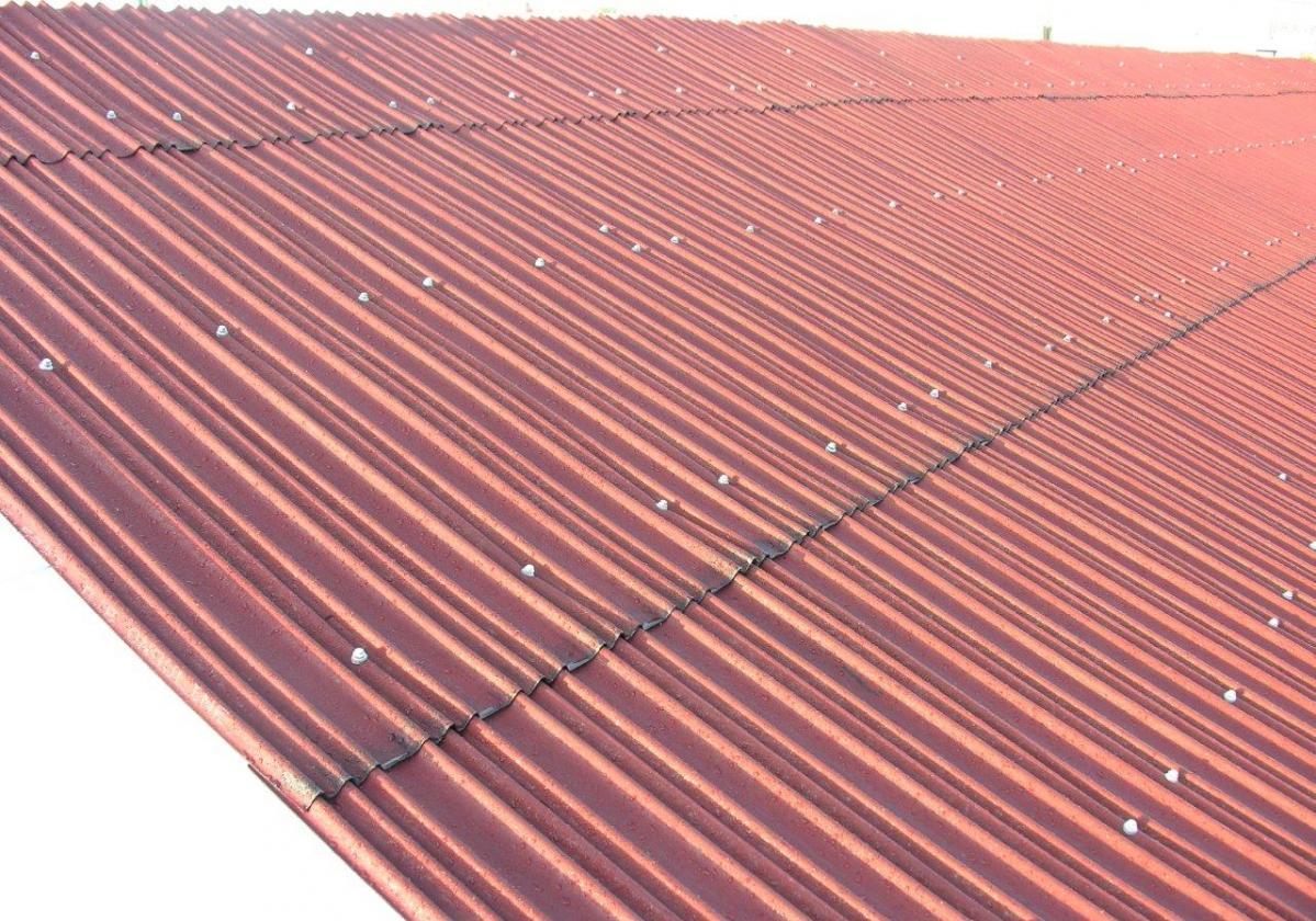Rehabilitación e impermeabilización de tejado con placa asfáltica Onduline Bajo Teja DRS BT200