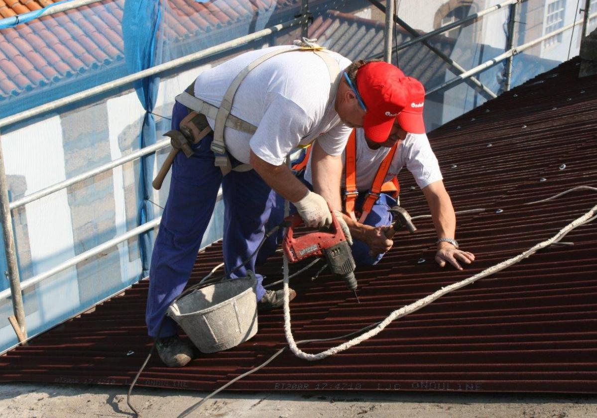 Rehabilitación e impermeabilización de tejado con placa asfáltica Onduline Bajo Teja DRS BT200, fijación