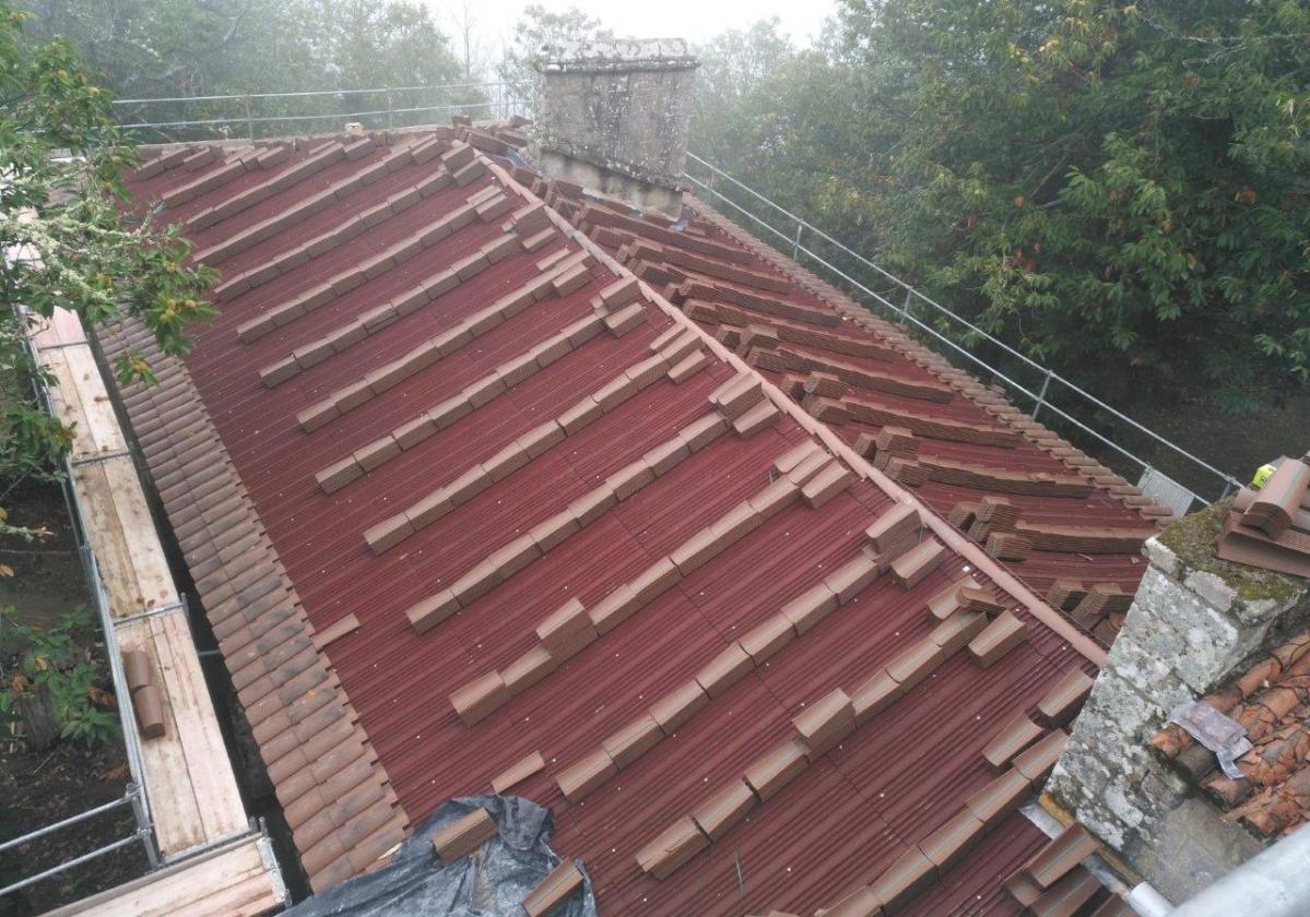 Reparación tejado Monasterio Santa Cristina con placa asfáltica Onduline Bajo Teja BT150