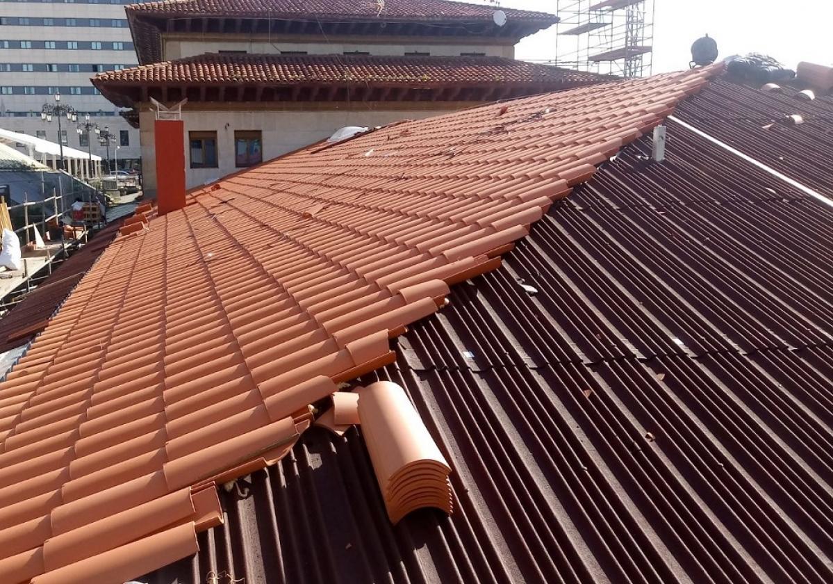 Rehabilitación e impermeabilización tejado Estación tren Oviedo con placa asfáltica Onduline Bajo Teja DRS BT150 y teja curva