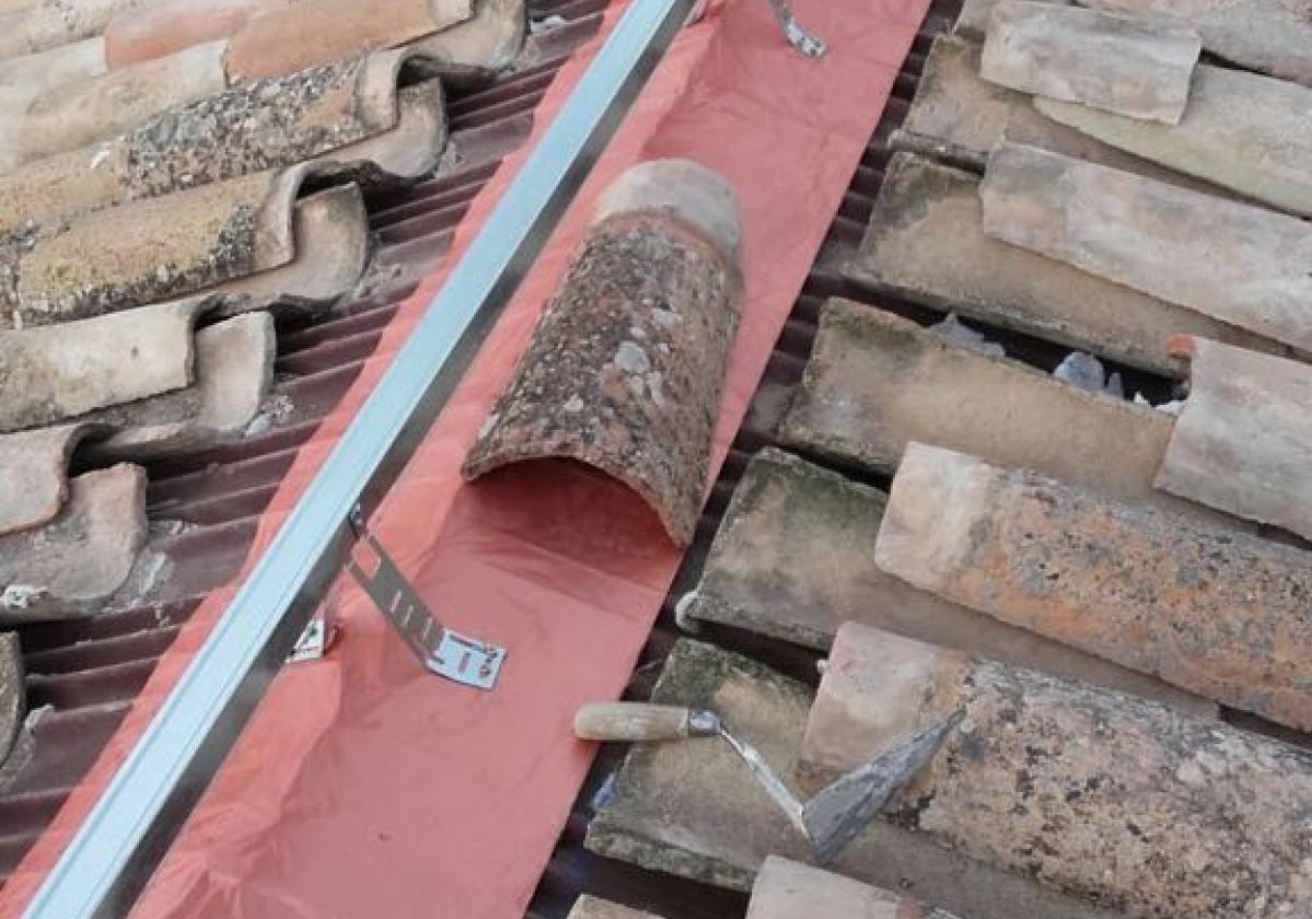 Cinta butilo impermeable sellado cubierta impermeabilización tejado ONDUFILM detalle remate cumbrera
