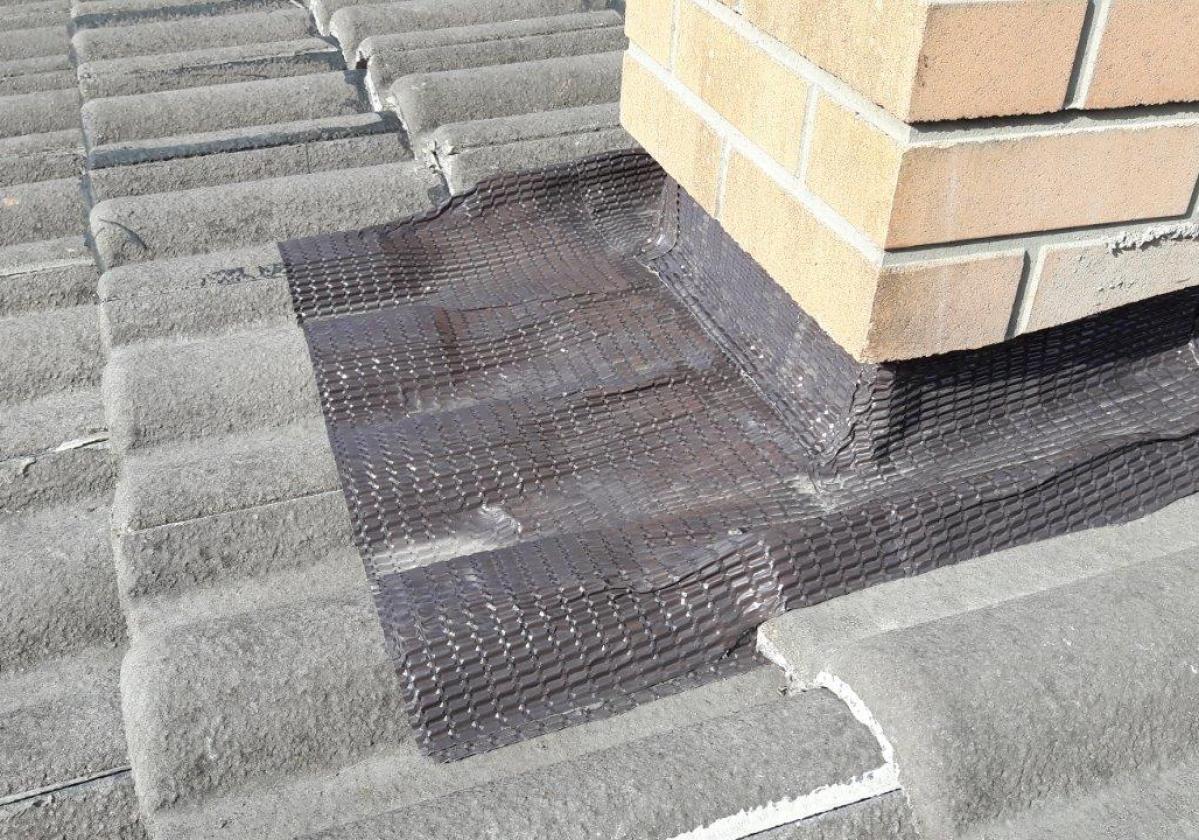 Cinta butilo impermeable sellado remates cubierta FLASHING BAND Onduline - detalle remate chimenea teja hormigón