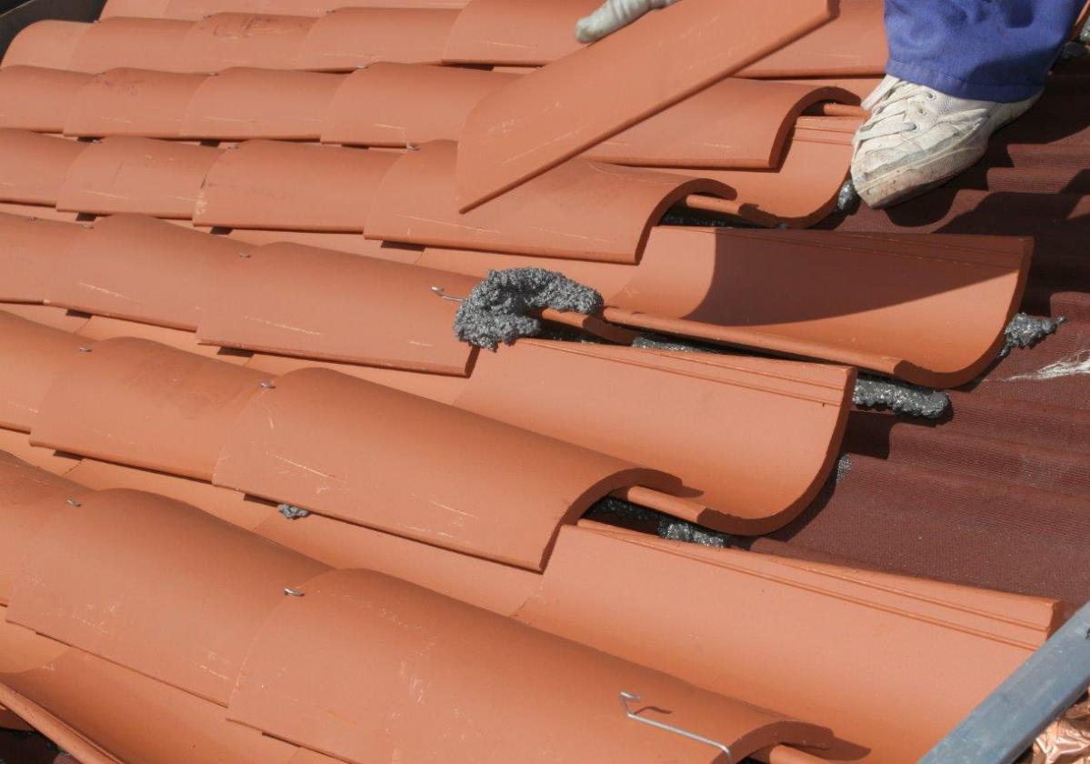 Espuma poliuretano pegado tejas ONDUFOAM - detalle pegado tejacurva tejado