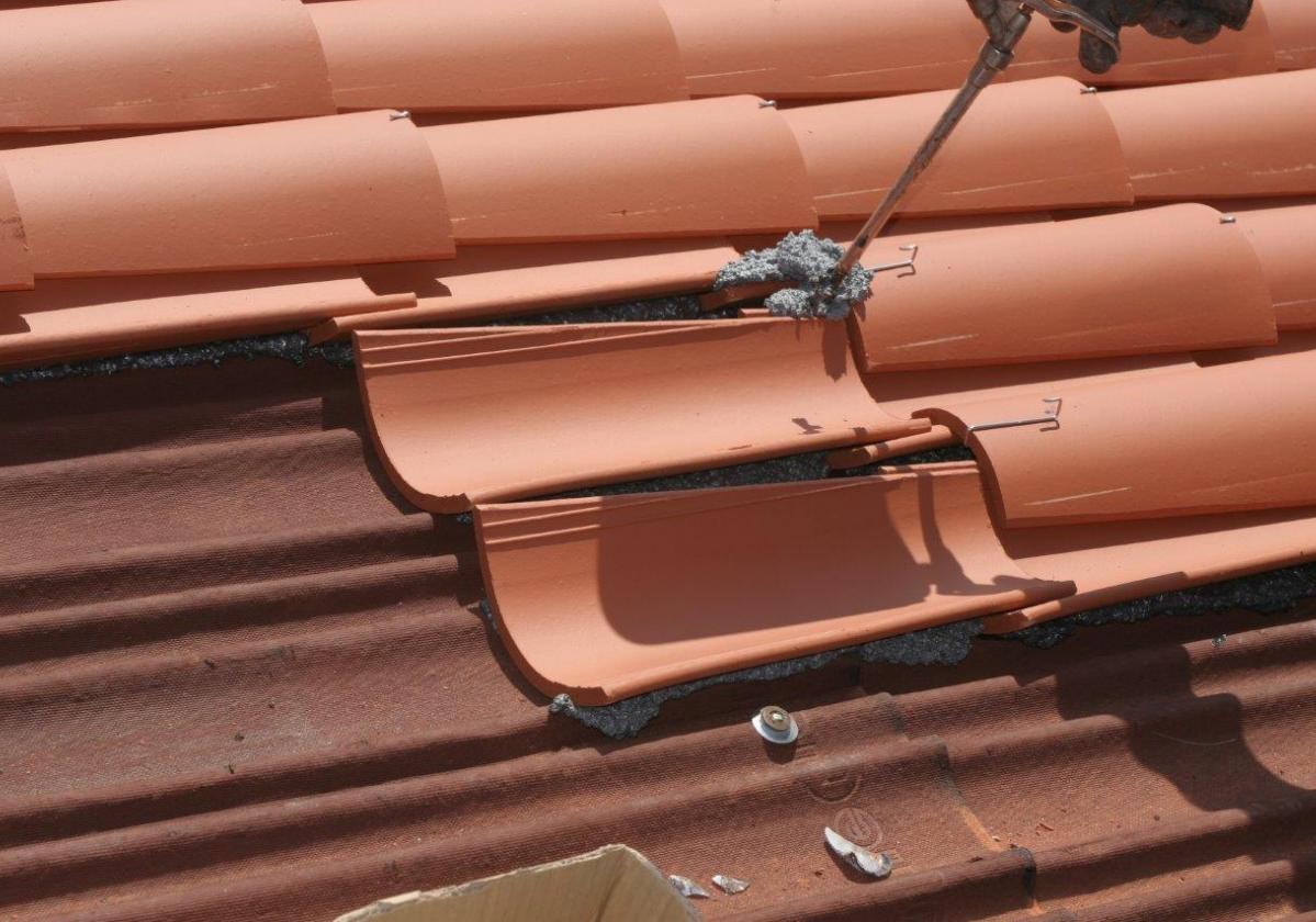 Espuma poliuretano pegado tejas ONDUFOAM - detalle pegado teja curva tejado