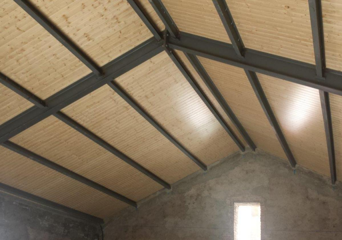 Fijación autorroscante panel sandwich madera cubierta metálica ONDUTHERM - detalle acabado interior friso abeto