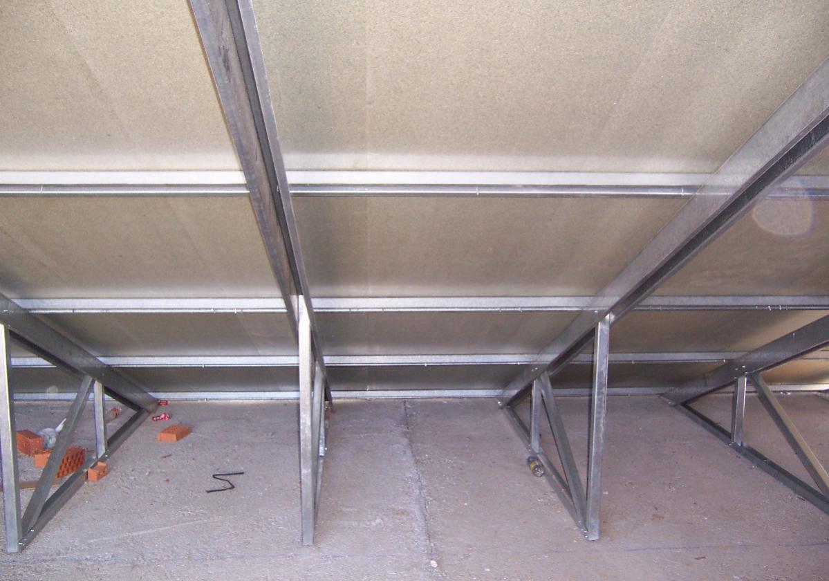 Fijación autorroscante panel sandwich madera cubierta metálica ONDUTHERM - detalle acabado interior panel hidrófugo