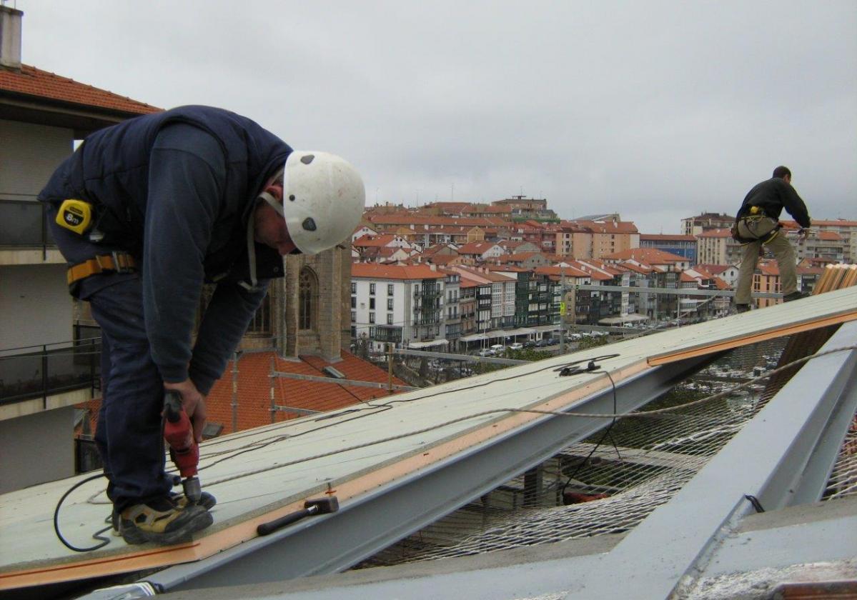 Fijación autorroscante panel sandwich madera cubierta metálica ONDUTHERM - detalle aplicación aislamiento tejado