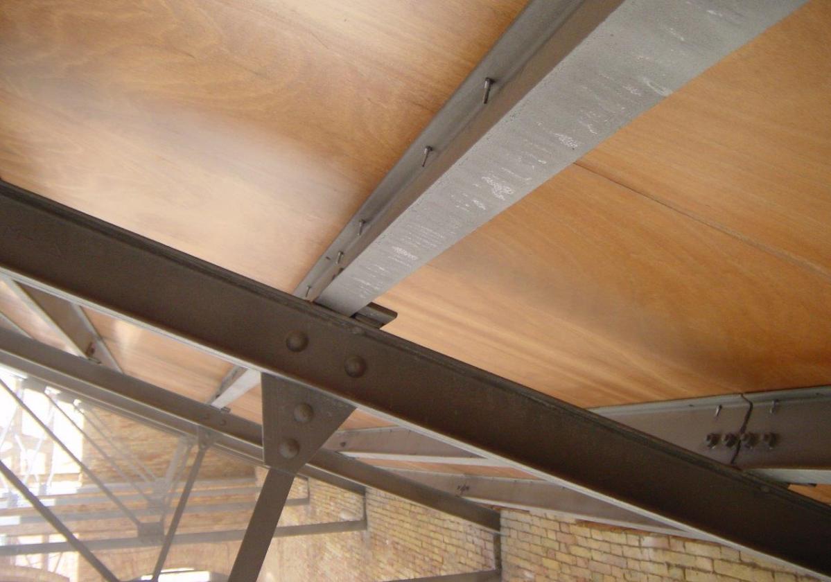 Fijación autorroscante panel sandwich madera cubierta metálica ONDUTHERM - detalle fijación interior panel sandwich