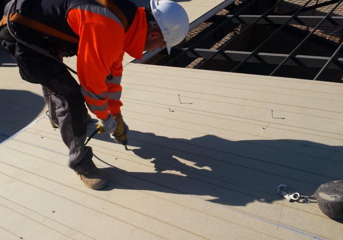 Fijación autorroscante panel sandwich madera cubierta metálica ONDUTHERM - detalle instalación fijación sobre panel