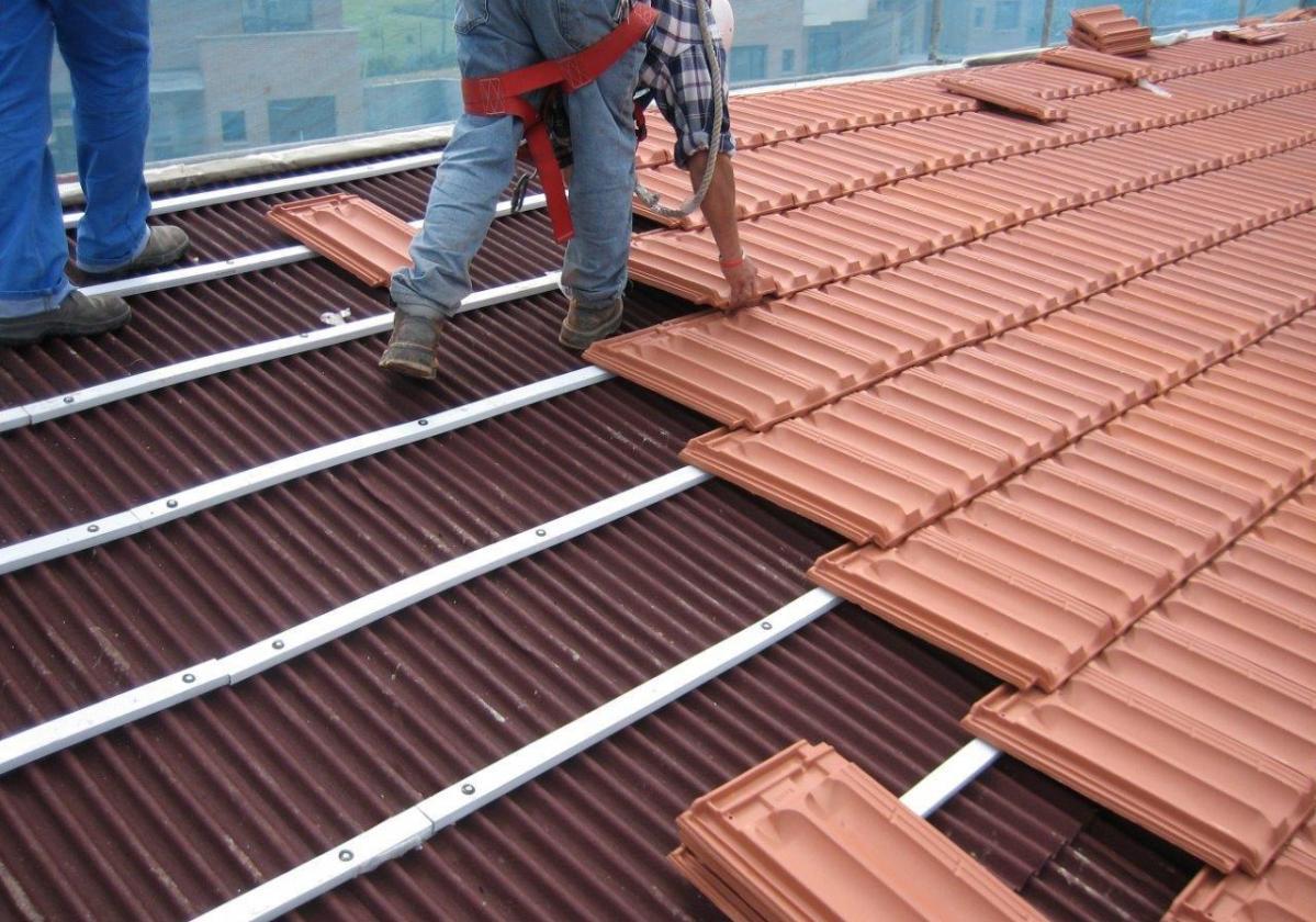 Listón PVC Onduline teja mixta, plana, hormigón - detalle instalación listón blanco teja plana La Escandella