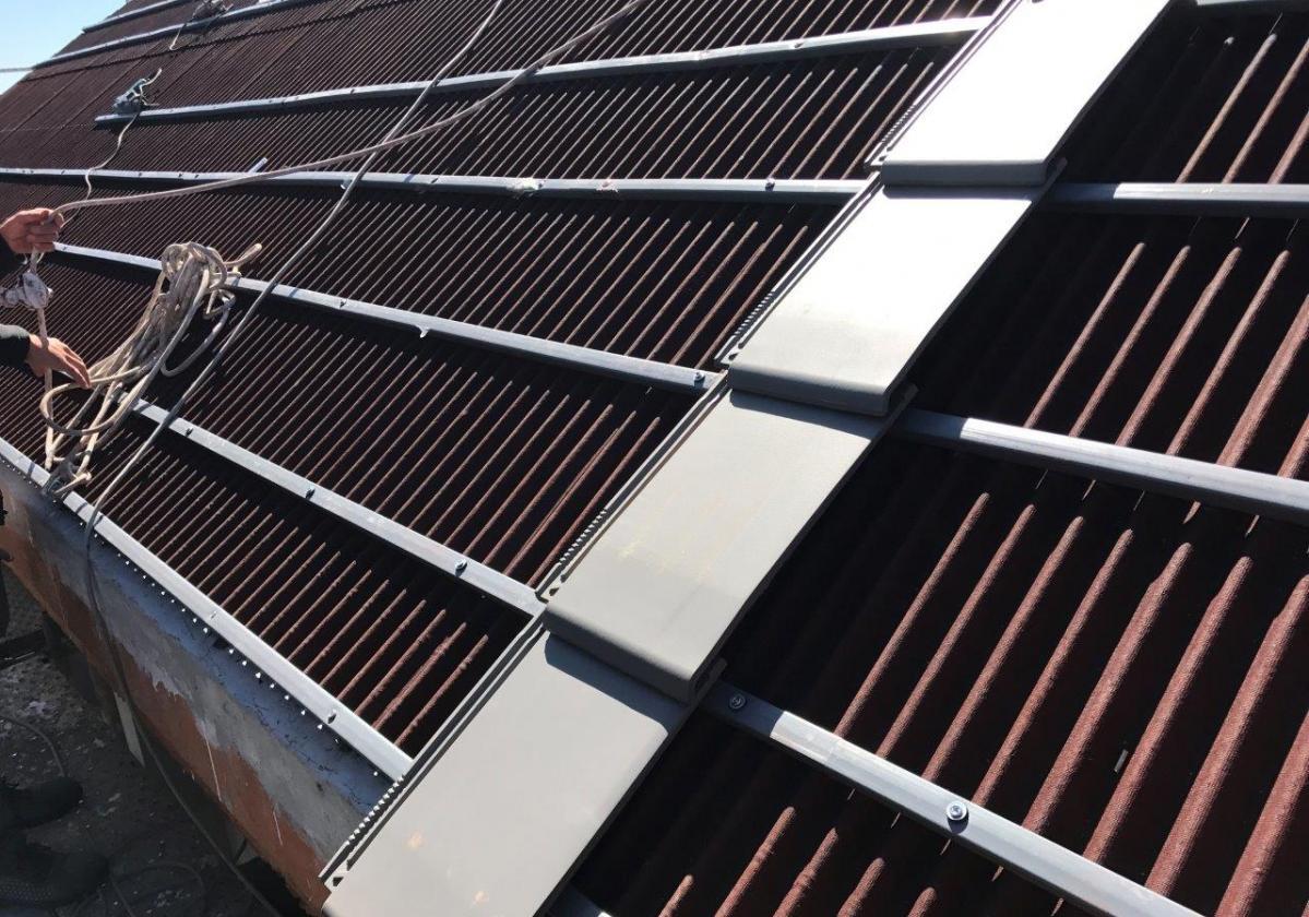 Listón PVC Onduline teja mixta, plana, hormigón - detalle instalación listón gris teja Planum La Escandella