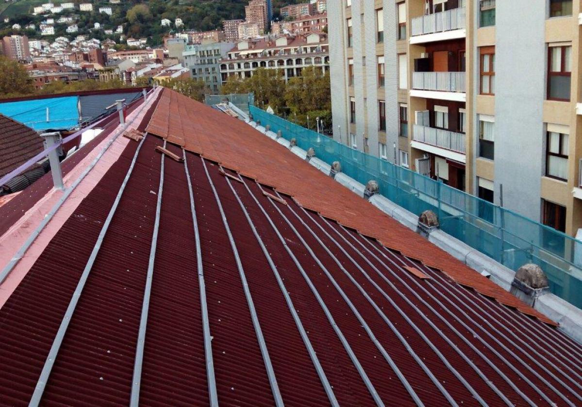 Listón PVC Onduline teja mixta, plana, hormigón - detalle instalación tejado Aduana Bilbao