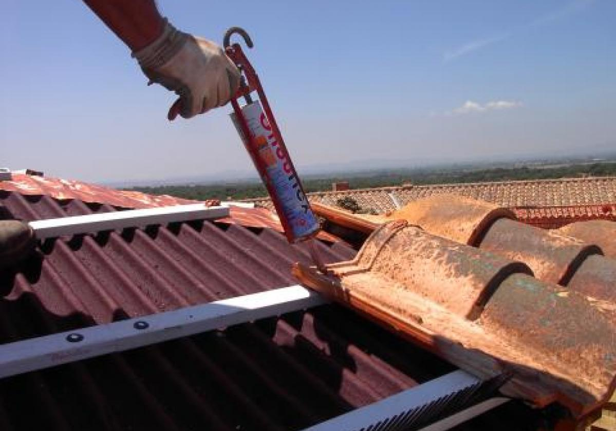 Masilla poliuretano pegado tejas ONDUFLEX - detalle aplicación pegado teja mixta listón PVC