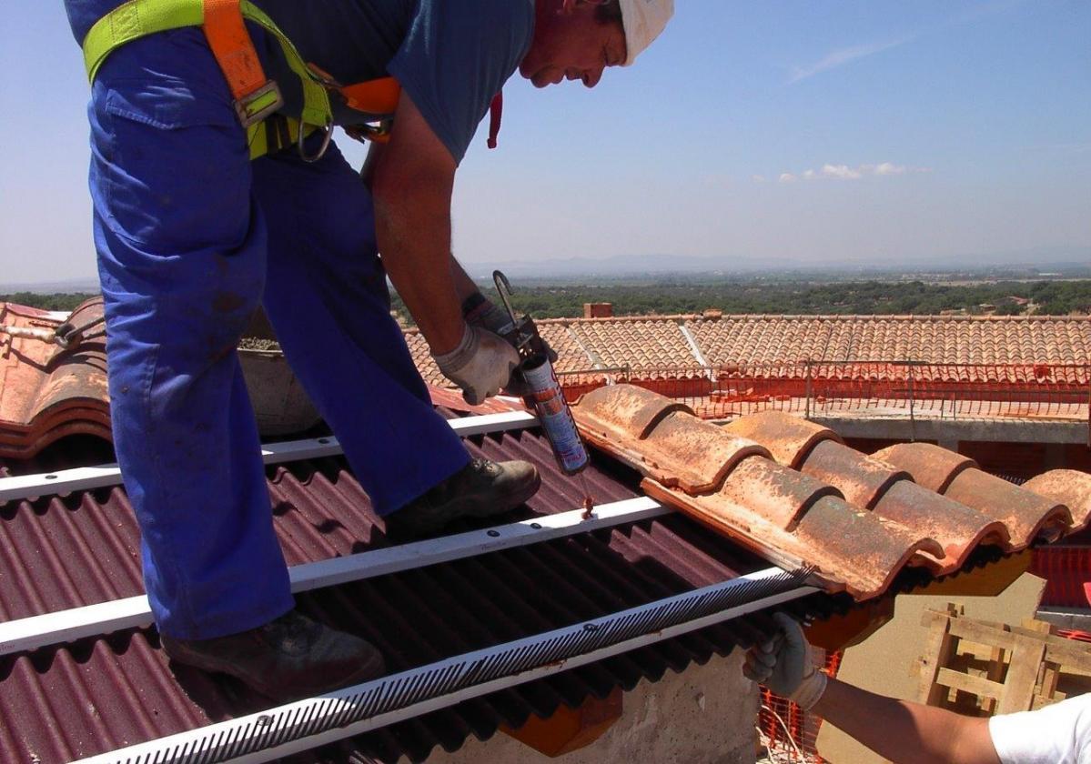 Masilla poliuretano pegado tejas ONDUFLEX - detalle aplicación pegado teja mixta listón PVC alero