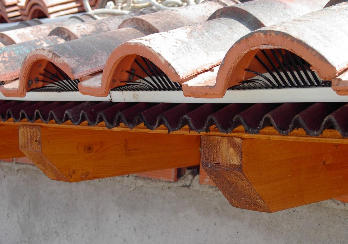 Peine PVC Onduline remate alero tejado ventilado - detalle instalación impermeabilización tejado alero ventilado