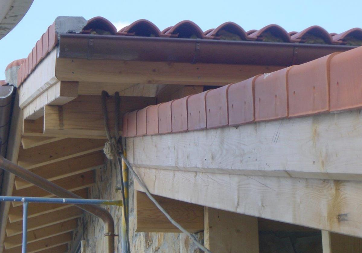 Remate madera panel sandwich cubierta ONDUTHERM - detalle cierre lateral tejado