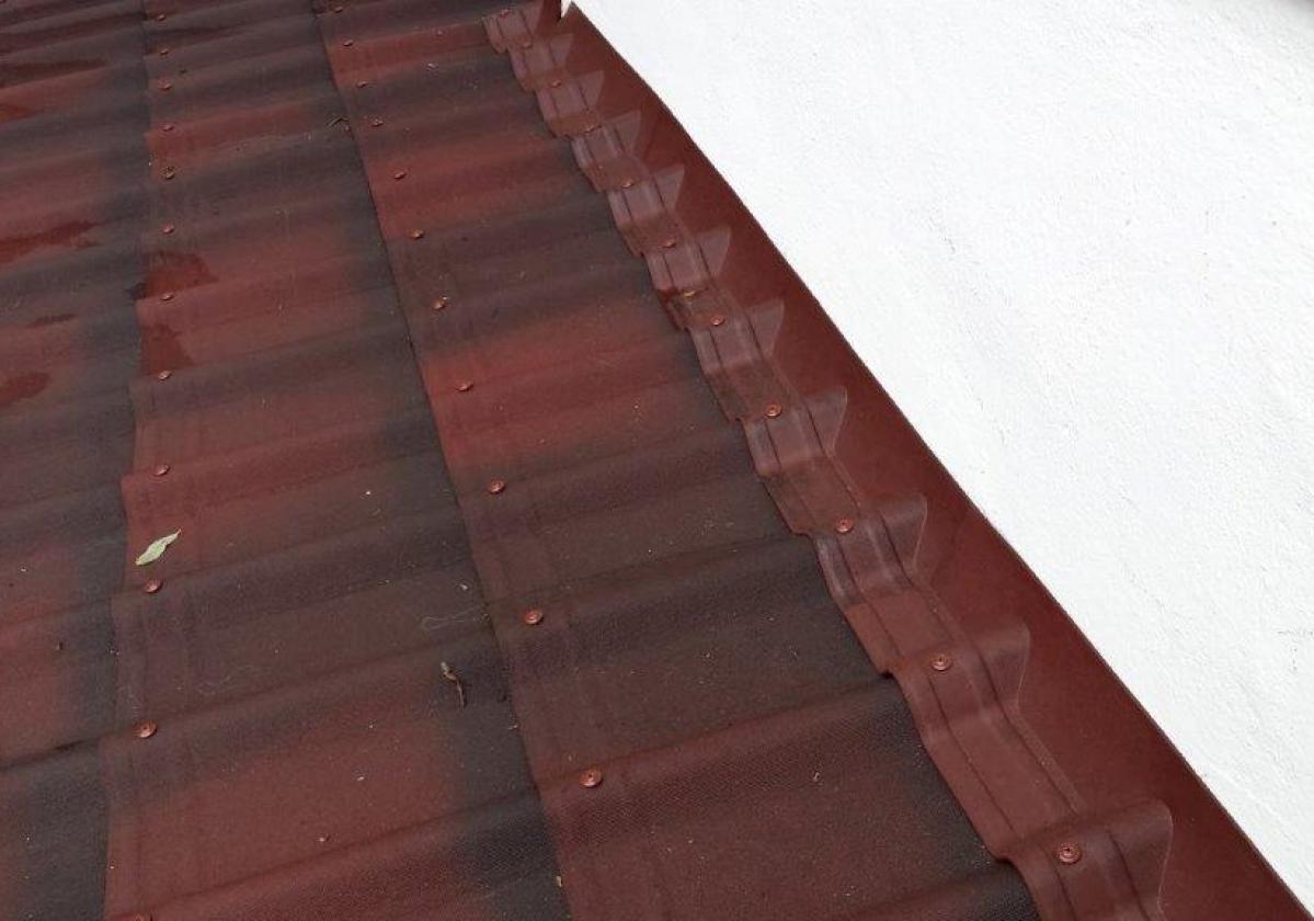 Remate pendiente teja asfáltica ligera ONDUVILLA - detalle instalación pieza remate porche contra pared