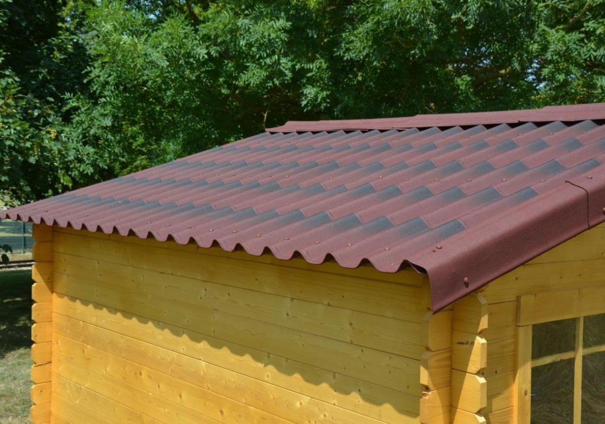 Protección caseta madera con placa bituminosa ONDULINE TILE Roja